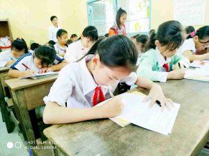 Học sinh thi viết chữ đẹp